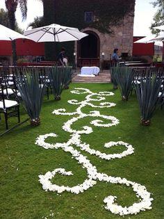 Para la decoración floral del lugar de celebración tendrás más libertad y seguro que podrás elegir una decoración floral basada en lo que quieres transmitir el día de tu boda.