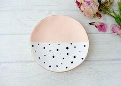 Kleiner Keramikteller mit Punkten – zu finden auf Etsy.