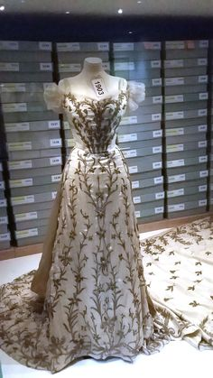 1903 Court gown worn by Lady Mary Curzon and designed by Jean-Philippe Worth 1 - Charles Frederick Worth - Wikipedia, the free encyclopedia Edwardian Dress, Edwardian Fashion, Vintage Fashion, Fashion 1920s, 1920s Dress, Vintage Beauty, Gothic Fashion, Vintage Outfits, Vintage Gowns