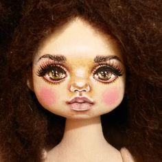Куколка номер 7. волосы пока не пришли.  не могу темные волосы приложить.  пока приложу  шерсть.  Волосы будут  такого темного цвета.