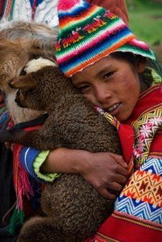 Perú Sur América 2008 2 De Enero: La Niña Peruana Fuerte Abraza Un Cordero Del Lama. Aldea En Los Andes. El 2 De Enero De 2008. Fotos, Retratos, Imágenes Y Fotografía De Archivo Libres De Derecho. Image 8666477.