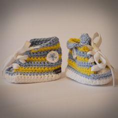 Baby Tschax gehäkelt in hellblau/gelb von rheinstück. Nachhaltig mit Liebe gemachte Babyschuhe!