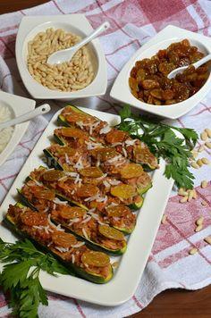 Zucchine ripiene con pinoli e uvetta. Una ricetta a base di zucchine svuotate della loro polpa e riempite con un gustoso ripieno di pinoli, uvetta, carne macinata, riso basmati, cipolla, formaggio, un uovo, pane grattato, prezzemolo.