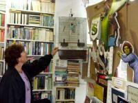 Emmie Krijnen, in plats van een uil een mini-papegaai als symboool
