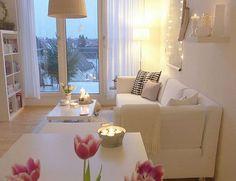 Inspiración para decorar salones pequeños #hogar #decoración #salón #blanco #luces #velas #pequeño www.hogardiez.com.es