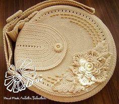 Cotton thread crochet, with wooden beads… Estilo a crochet Crochet Clutch, Crochet Handbags, Crochet Shoes, Crochet Purses, Love Crochet, Irish Crochet, Diy Crochet, Crochet Bags, Slippers Crochet