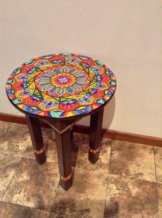 Mesa pintada a mano. 70cm de alto y 50 cm de diámetro