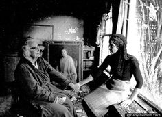 Edith with Edie Bouvier Beale Grey Gardens Southampton NYC 1971 Harry Benson Edie Bouvier Beale, Edie Beale, Edith Bouvier, Grey Gardens House, Gray Gardens, Harry Benson, The Great Escape, Old Movies, Picture Photo