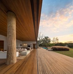 Studio Arthur Casas designed the Casa Itu, Glass panels slide into the walls to create an outdoor living room at this lakeside house outside São Paulo, Brazil Exterior Design, Interior And Exterior, Modern Interior, Future House, My House, Studio Arthur Casas, Indoor Outdoor, Outdoor Living, Outdoor Seating