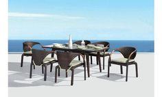 Shiito les presenta este fabuloso y original comedor de terraza o jardínde Majestic Garden. Está compuesto por una mesa rectangular con cristal y seis sillas en rattán sintético, cojinería en color beige y con el detalle de tener los brazos en teca; dandole así un toque de distinción y buen amibiente a su terraza o jardín.