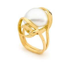 Linneys ring in yellow gold with an Australian South Sea pearl.