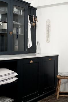 The glazed countertop cupboards by deVOL make a perfect place to store your favourite glassware and other bits and bobs. Shaker Style Kitchen Cabinets, Shaker Style Kitchens, Kitchen Cabinet Styles, Shaker Kitchen, New Kitchen, Devol Kitchens, Home Kitchens, Kitchen Interior, Kitchen Design