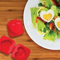 Love is in the air... und auf dem Teller! Zeige Deinen Lieben, wie viel sie Dir bedeuten – jetzt auch zum Frühstück, im Salat und und und. Mit einem Ei in Herzform :) via www.monsterzeug.de