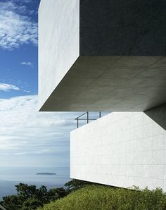 High in the Izu-San hills of Japan sits this amazingly simple house called Plus by Mount Fuji Architects Studio. The brief was to design a house th. Minimal Architecture, Japanese Architecture, Contemporary Architecture, Architecture Details, Interior Architecture, Interior Design, Concrete Architecture, Beautiful Architecture, Monte Fuji