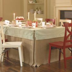 Love layered tablecloths.  Really like the tailored corners.  Floor length dresses up a decidedly casual fabric. I want to make one.  42' Square Party Tablecloth