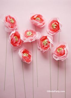 Crepe paper is so inexpensive, versatile and features heavily in most of my crafts. Just discovered gold crepe paper, and am slightly in love! These DIY paper blooms would have so many uses in party or home decor. Crepe Paper Flowers, Paper Roses, Fabric Flowers, Tissue Flowers, Paper Peonies, Pink Peonies, Kids Crafts, Easy Crafts, Kids Diy