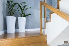 Schody dywanowe, balustrada szklana. Realizacja w Rybniku – Sob-Drew Schody drewniane Home Stairs Design, House Design, House Stairs, Stair Railing, Ideas Para, Kuta, Planter Pots, Interior Design, Staircases