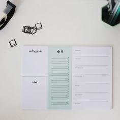 Der Schreibtisch Organizer ist perfekt, um deine AufgabenundTermine für dieWocheauf einen Blickfestzuhalten. Platz für Ziele, To Dos und viele Notizen!