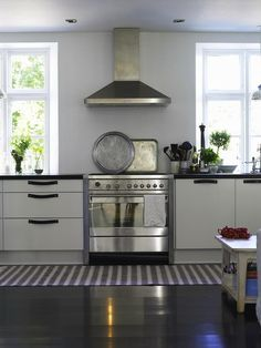 Painted Floors - Cool Tricks to Getting Painted Wood Floors Right - Home Design Black Kitchens, Home Kitchens, Kitchen Flooring, Kitchen Dining, Cork Flooring, Kitchen Walls, Black Gloss Kitchen, Danish House, Wood Floor Finishes