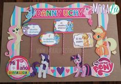 ¡Ternura, color y ponis! Marco de fotos de My Little Pony My Little Pony Fotos, My Little Pony 1, My Little Pony Birthday Party, Unicorn Birthday Parties, Custom Photo Frames, Photo Booth Frame, Rainbow Dash, First Birthdays, Party Favors