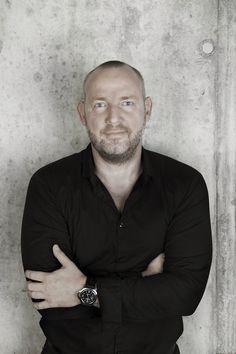 Sind der Architekt #HolgerHansen und der Produktdesigner #MarcoWinkler. Sehe auch: http://wohnenmitklassikern.com/klassich-wohnen/50-top-innenarchitekten-in-deutschland/4/