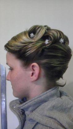 Jaký svatební účes volíte z krátkých vlasů? - - Ú...