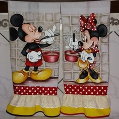 ➡Panos de copa. ⚠Encomendas pelo whatsapp do perfil ou direct. 87 991365100 #mickey #minniemouse #minniecozinheira #mickeyparty… Mickey E Minnie Mouse, Mickey Mouse Kitchen, Disney Kitchen, Tole Painting, Fabric Painting, Diy Crafts Phone Cases, Wallpaper Do Mickey Mouse, Fabric Doll Pattern, Christmas Towels