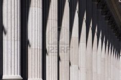 Herhaling van pilaren in een gebouw, je ziet herhaling dus ook in architectuur