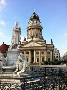 Brunnen und Franz. Dom auf dem Gendarmenmarkt Berlin