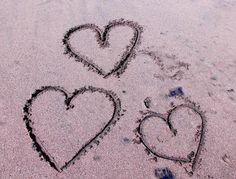 Flitterwochen Bali Herzen Sand