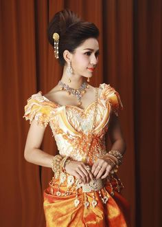 khmer wedding costume Thai Traditional Dress, Traditional Wedding Dresses, Traditional Outfits, Cambodian Wedding, Khmer Wedding, Wedding Costumes, Wedding Outfits, Asian Outfit, Culture Clothing