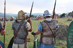 Auxiliární vojáci v šupinových zbrojích (lorica squamata). Šupinová zbroj z bronzu a případně i železa byla používána po celou dobu říše. Na rozdíl od segmentové zbroje ji nosily i auxilie.