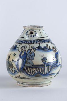 Base per huqqa safavide Iran, Kirman o Mashhad, XVII secolo Fritta con decorazione blu sotto vetrina trasparente NineFlorence Number Nine | Casa d'aste a Firenze