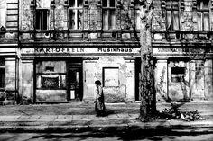 Was Ost und West klar unterscheidet, sind die Einkaufsmöglichkeiten. In der DDR sind einige Läden dauerhaft geschlossen. (Prenzlauer Berg, Berlin, 1971)