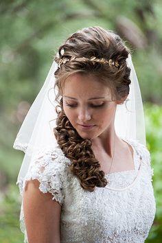 Kıvırcık ve uzun saçlı gelinler burada mı? Saçlarınızı böyle göz alıcı altın rengi bir taçla renklendirmeye ne dersiniz? #duguntrendy #gelin #gelinsaci #sacmodelleri #gelinsacimodelleri #sac #tacligelinsaclari #dugunhazirliklari
