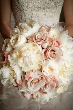 Bouquet de roses roses et pivoines blanches