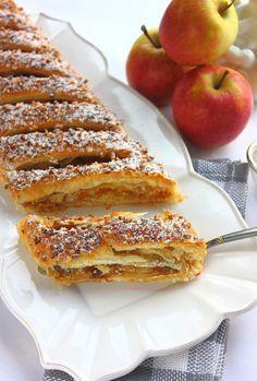"""Apfelstrudel - Voici l'un des desserts les plus réputés d' Autriche """" . Famous Desserts, Köstliche Desserts, Health Desserts, Delicious Desserts, Yummy Food, Apple Recipes, Sweet Recipes, Cake Recipes, Dessert Recipes"""