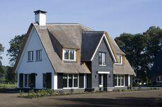 De woning heeft een kleine 'knik' in het dak. Het geeft de woning een speels uiterlijk waarbij de stoerheid van de woning niet verloren gaat. Met de situering van de verschillende ruimtes in de woning is sterk rekening gehouden met de zichtlijnen op het landelijke gebied.