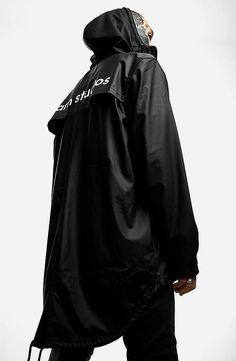 Regenjacke mit weißem Rückenprint Yarn Studios. Hier entdecken und shoppen: http://sturbock.me/0k0