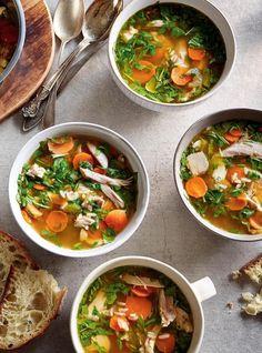 En tenant pour acquis qu'il vous reste du poulet, des carottes, du céleri, vous avez ce qu'il faut pour réaliser cette soupe rassasiante, délicieuse et prête subito presto.
