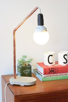 Cool DIY Industrial Lamps And Chandeliers - Jolie lampe indu' DIY en cuivre - Shelterness Copper Diy, Copper Lamps, Copper Decor, Copper Table, Industrial Lamps, Industrial Style, Copper Pipes, Industrial Metal, Industrial Farmhouse