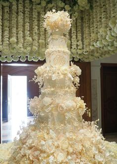 36 Wedding Cake Ideas with Luxurious Floral Designs Extravagant Wedding Cakes, Amazing Wedding Cakes, Wedding Cakes With Cupcakes, Unique Wedding Cakes, Wedding Cake Designs, Amazing Cakes, Mod Wedding, Ivory Wedding, Purple Wedding