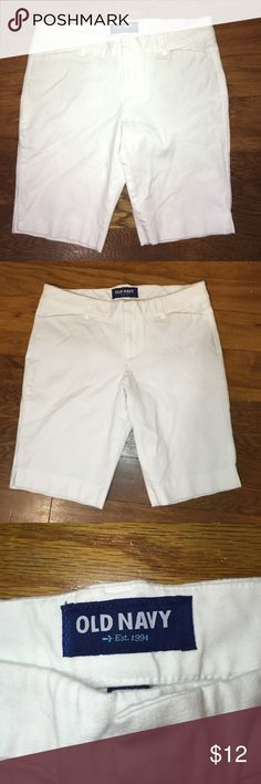 Old navy white daisy Bermuda style shorts size 6 Very nice white Bermuda shorts from Old Navy. Size 6 regular. Inseam measures 9.5 inches. The style is called the daisy Bermuda. Very cute. Waist lying flat measures approximately 15 inches. Old Navy Shorts Bermudas