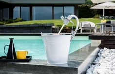 Thanks to the stainless steel clip you can place a watering point wherever you want and move it elsewhere anytime you wish. Fix Dueacca to a bucket, to your balcony, to a fence or where you just need it the most!