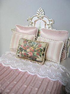 dollhouse miniature tutorials A custom dressed Dollhouse Bed for Jeanne Call by Ken Haseltine Miniature Rooms, Miniature Houses, Miniature Furniture, Doll Furniture, Dollhouse Furniture, My Doll House, Barbie House, Doll Houses, Victorian Dolls