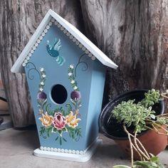 Bom diaaa😊 Passando para demonstrar essa casinha de passarinhos maravilhosa😍 feita com a técnica do Bauermalerai pela professora @romiprac… Bird Houses Painted, Painted Cottage, Diy Crafts For Gifts, Home Crafts, Rosemaling Pattern, Homemade Bird Houses, Birdhouse Designs, Bird Party, Cool Clocks