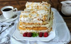 Un delicioso pastel de bizcocho y merengue rellenos de crema de vainilla que puedes ver en mi blog Julia y sus recetas.