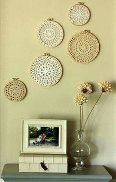 crocheted doilies and embroidery frames. love it! - - crocheted doilies and embroidery frames… love it! To Live crocheted doilies and embroidery frames… love it! Crochet Art, Crochet Home, Crochet Doilies, Lace Doilies, Decoration Ikea, Diy Wall Decor, Diy Home Decor, Wall Decorations, Decor Crafts