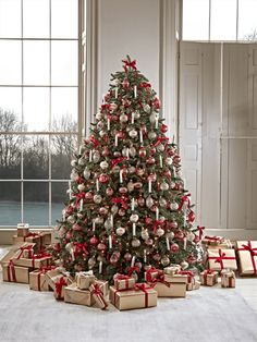 Say goodbye to messy wires with our elegant and traditional candle tree lights. Simply clip each candle onto branches of your tree, and control them via a handheld remote. Full Christmas Tree, Christmas Ribbon, Christmas Mood, Rustic Christmas, Christmas Tree Decorations, Traditional Christmas Tree, Christmas Ideas, Merry Christmas Message, Holiday Wreaths