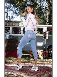 Volkswagen Minibus, Vw T1, Jeans Azul, Bus Girl, Vw Vintage, Classic Cars, Tennis, Capri Pants, Curvy